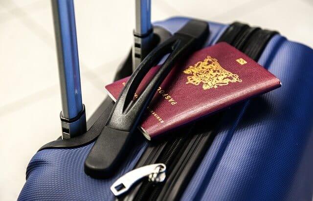 מזוודה - דרכון - שדה התעופה - להמחשה בלבד
